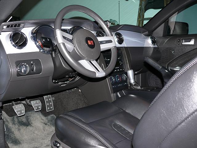 View of the driver-side dash and center console. (car_0012.jpg, 640w x 480h )